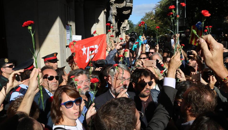 Imatge dels concentrats davant el Departament d'Economia amb flors aquest 20 de setembre de 2017