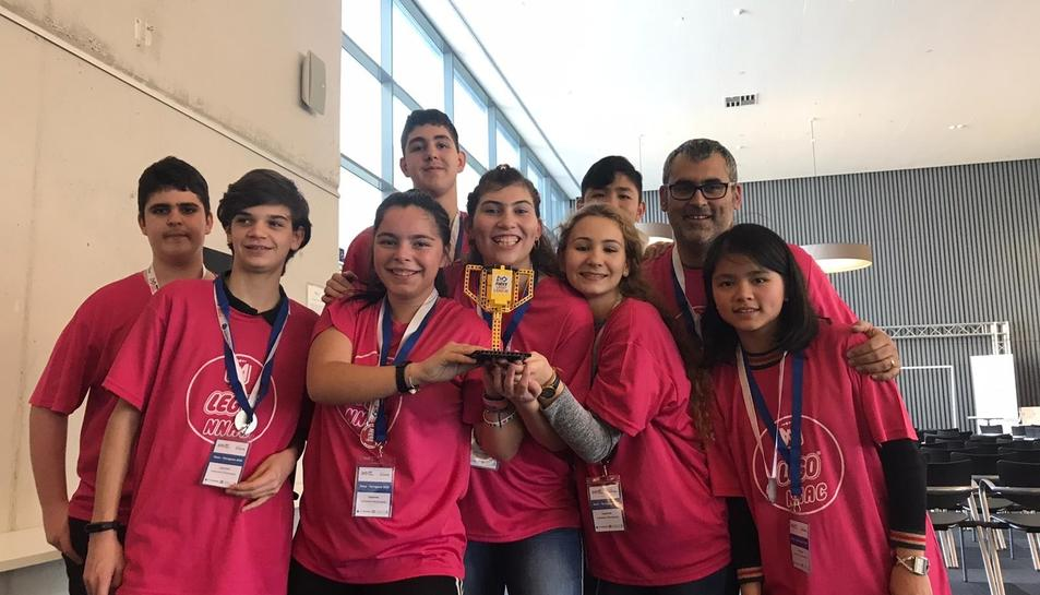 Els estudiants de l'equip Leggonac amb el seu trofeu.
