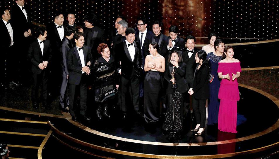 El director i els intérprets de 'Parásitos' durant la cerimònia dels Oscar.