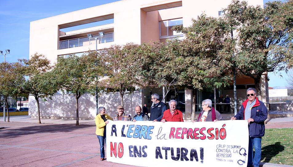 Les persones concentrades davant els jutjats d'Amposta amb una pancarta amb el lema 'A l'Ebre la repressió no ens atura'