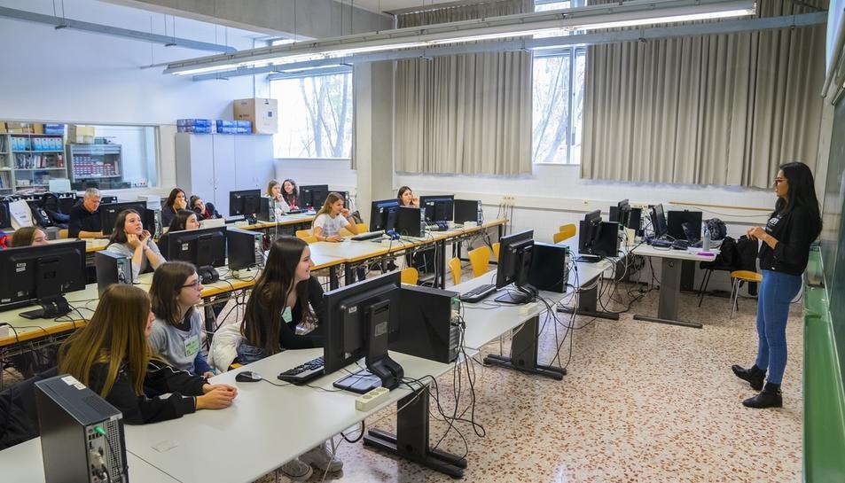 Los talleres del 'Girl's Day' acercan la ingeniera a las alumnas de ESO (I)