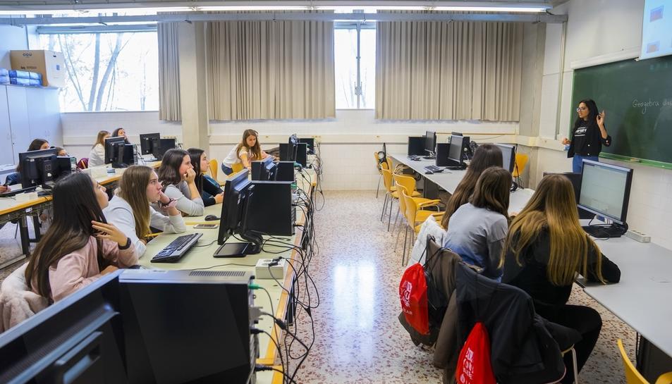 Els tallers del 'Girl's Day' apropen l'enginyera a les alumnes d'ESO (I)