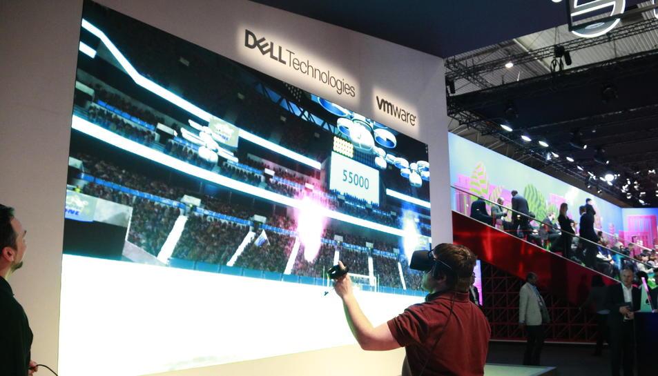 Una persona utilitzant unes ulleres de realitat virtual de Dell al Mobile World Congress, el 25 de febrer del 2019.