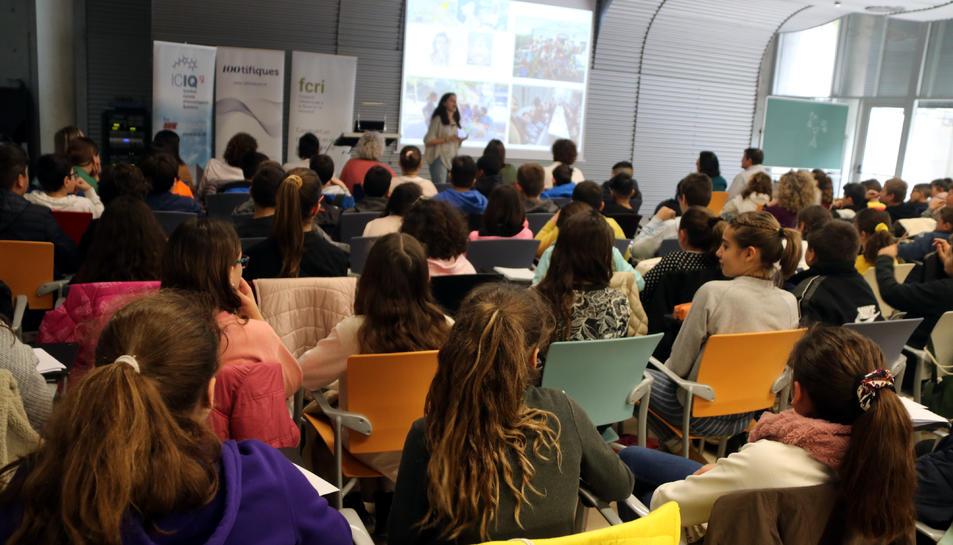 Tres nenes, d'esquenes, seguint una de les xerrades de la iniciativa '100tífiques' a la seu de l'ICIQ a Tarragona.