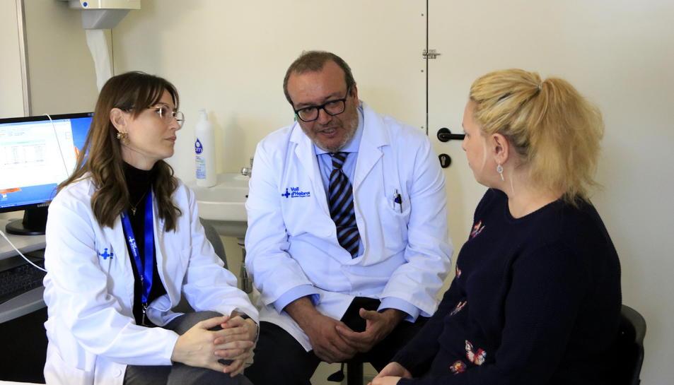 El doctor Javier Santos, de la Unitat de Gastroenterologia de Vall d'Hebron i investigador del VHIR, amb una pacient que pateix còlon irritable.