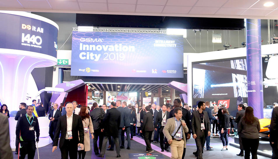 El Mobile World Congress 2019 amb centenars de persones mirant els stands.