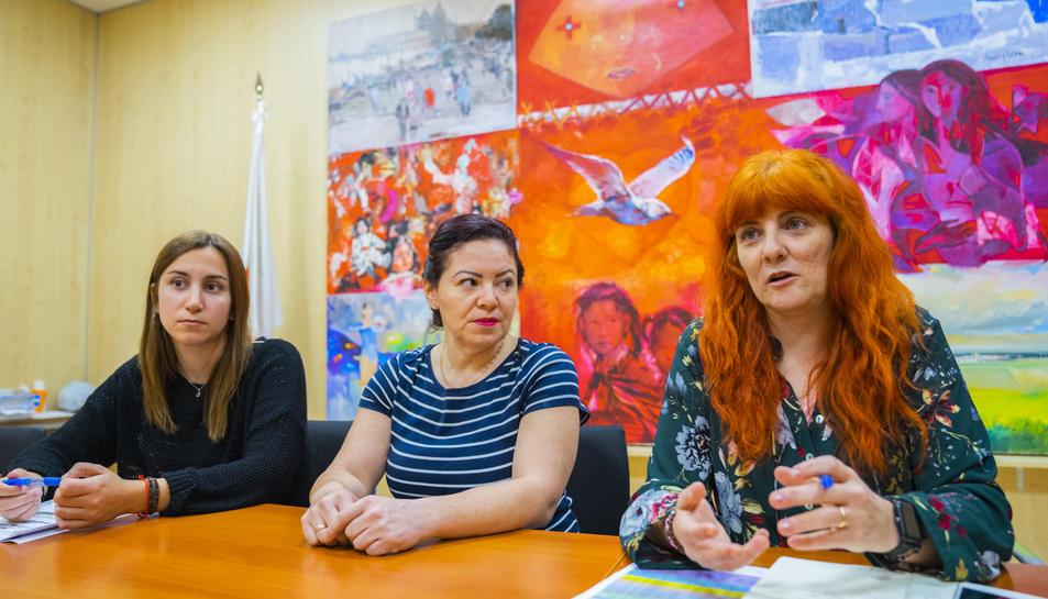 D'esquerra a dreta: Marta Flores, Virginia Romera i Emma Pérez Plana, ahir a la Creu Roja.