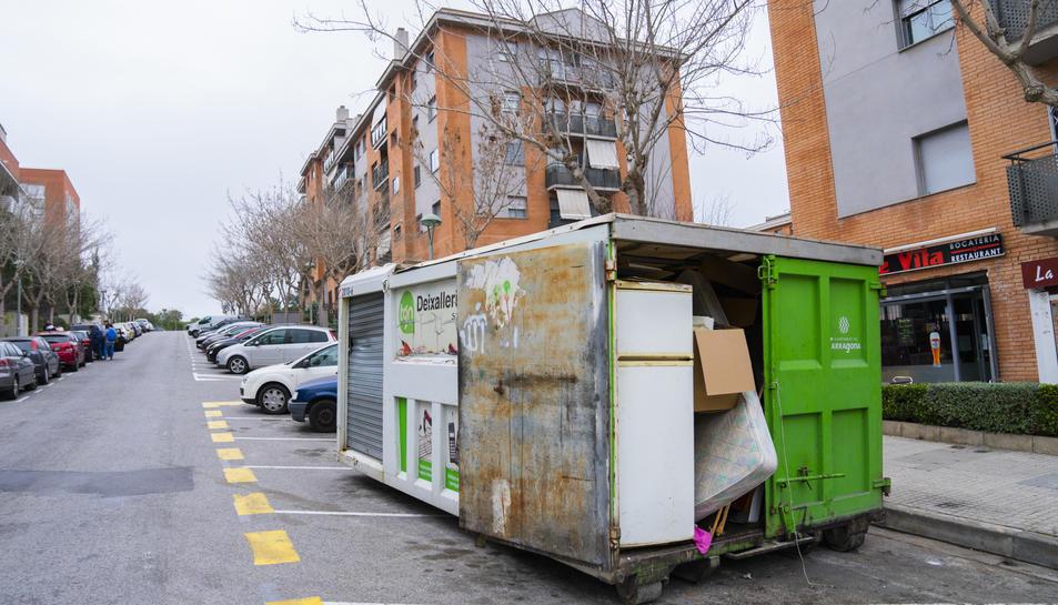 La deixalleria mòbil presenta un estat d'envelliment i, en moltes ocasions, els residus mal posats al contenidor impedeixen el pas.