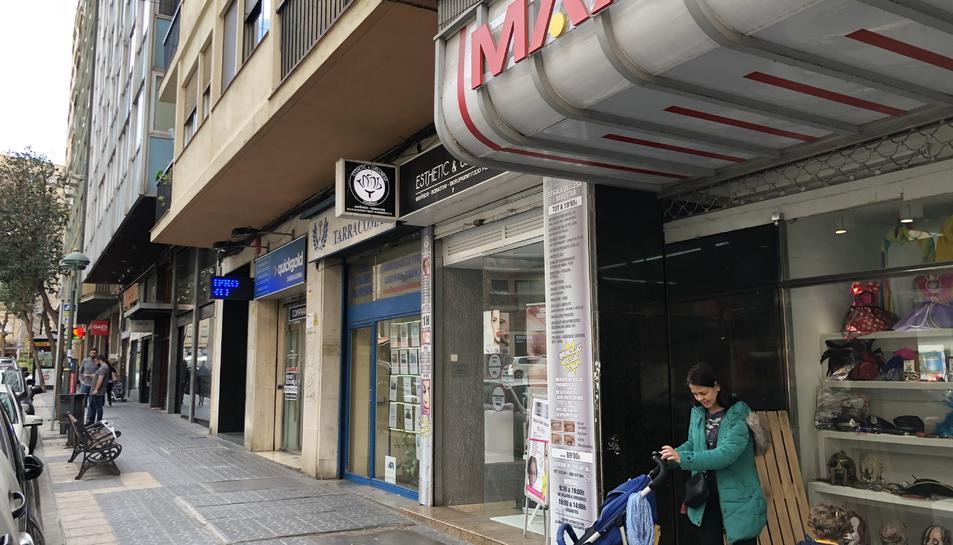 Tram del carrer Prat de la Riba on hi ha la botiga d'estètica que va patir un robatori amb violència.