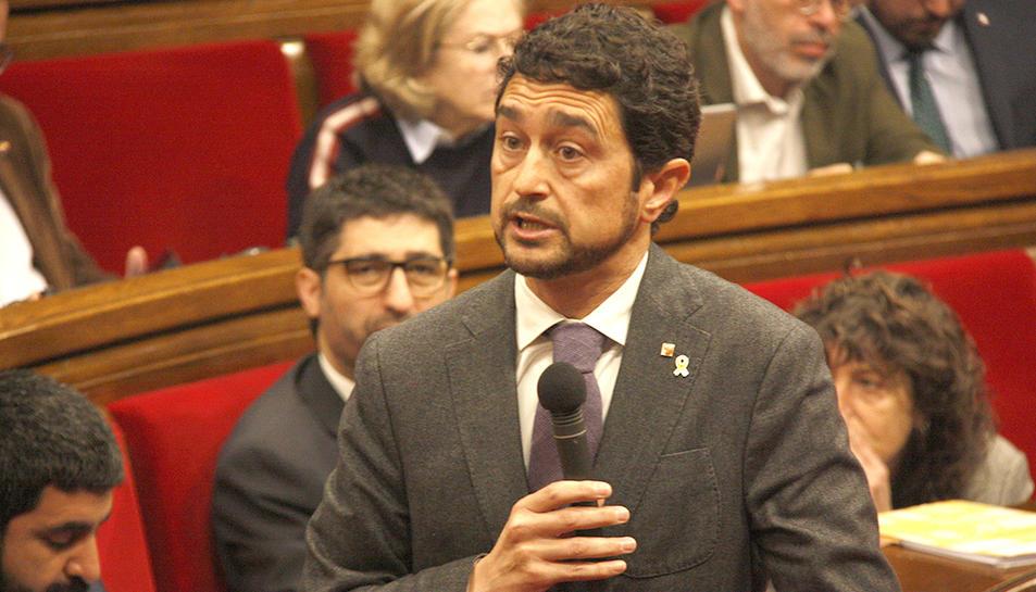El conseller de Territori, Damià Calvet, al pla del Parlament.