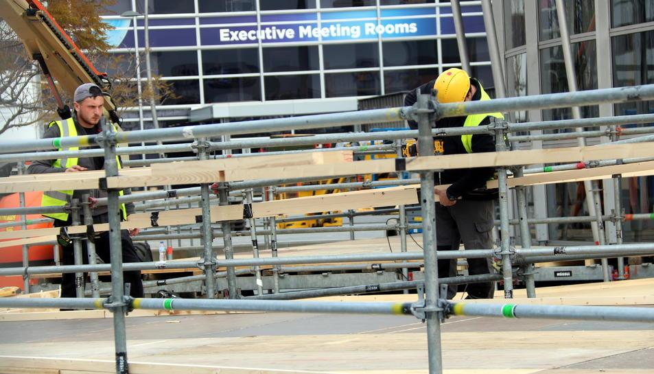 Detall de dos operaris muntant l'entrada del MWC 2020 a Fira Gran Via.