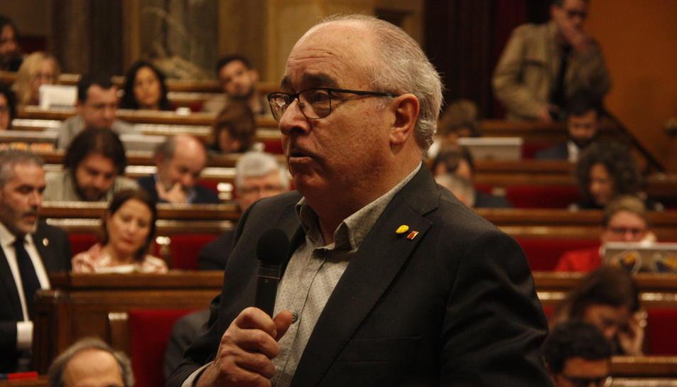 Primer pla del conseller d'Educació, Josep Bargalló, al ple del Parlament.