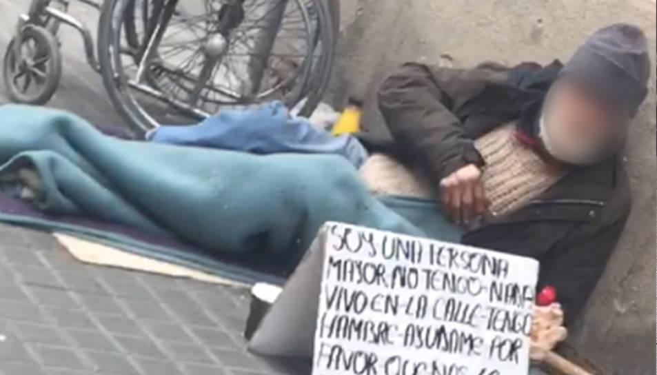 Obligaven el home a demanar al carrer a la zona dels Jardinets de Gràcia.
