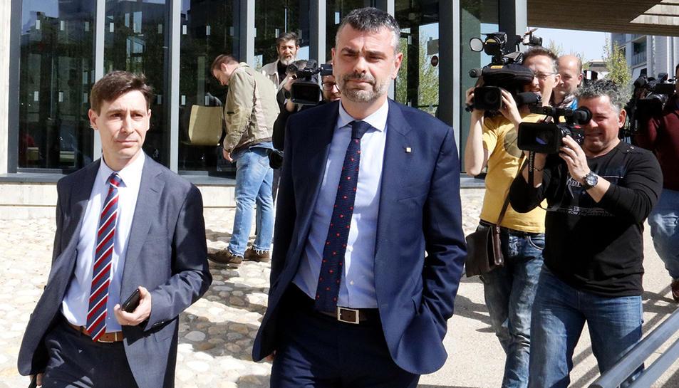 Santi Vila marxa dels jutjats d'Osca, després de declarar, acompanyat del seu advocat, en una imatge del 2018.