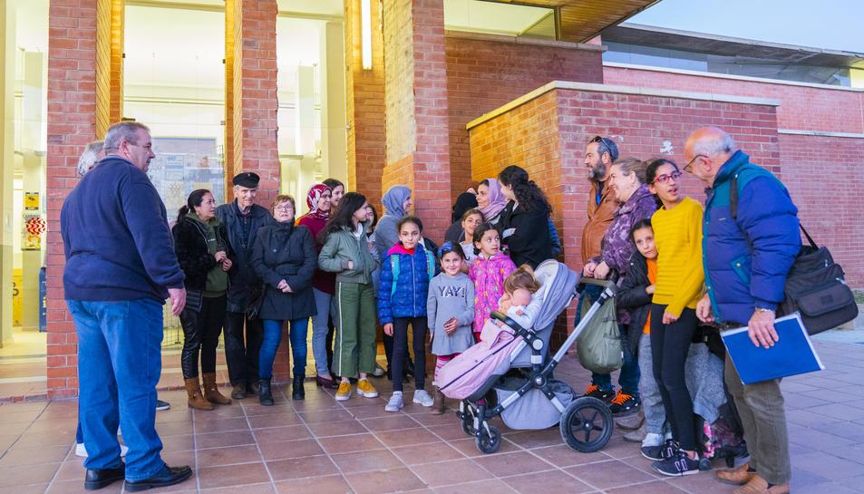 Veïns de Torreforta, ahir a la tarda a les portes del Centre Cívic abans de començar la reunió.