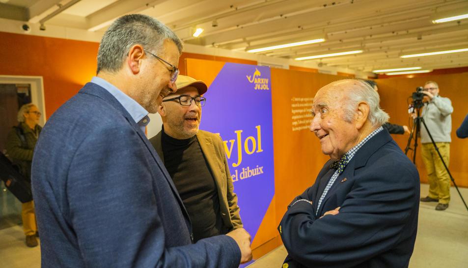 L'alcalde Pau Ricomà parlant amb Josep Maria Jujol fill a la presentació de l'exposició dels dibuixos de l'arquitecte tarragoní.