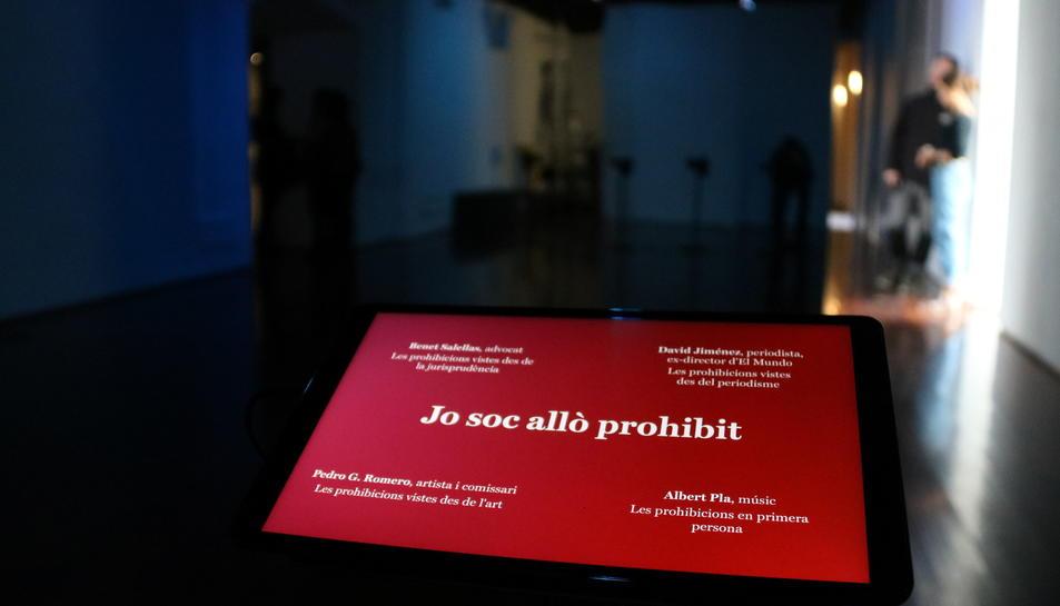 Tauleta amb un dels continguts de la instal·lació 'Jo soc allò prohibit' d'Isaki Lacuesta a l'Arts Santa Mònica.