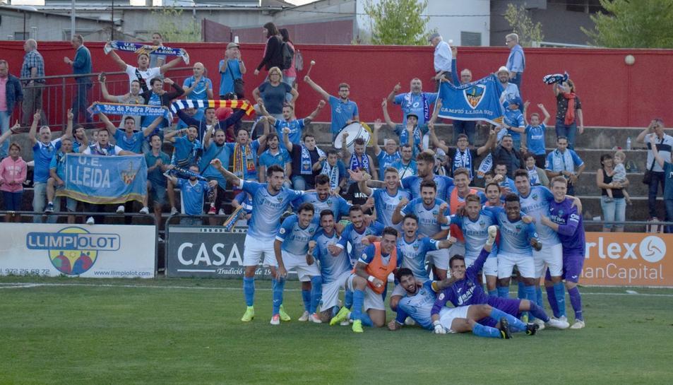 Els jugadors i aficionats del Lleida en un partit.