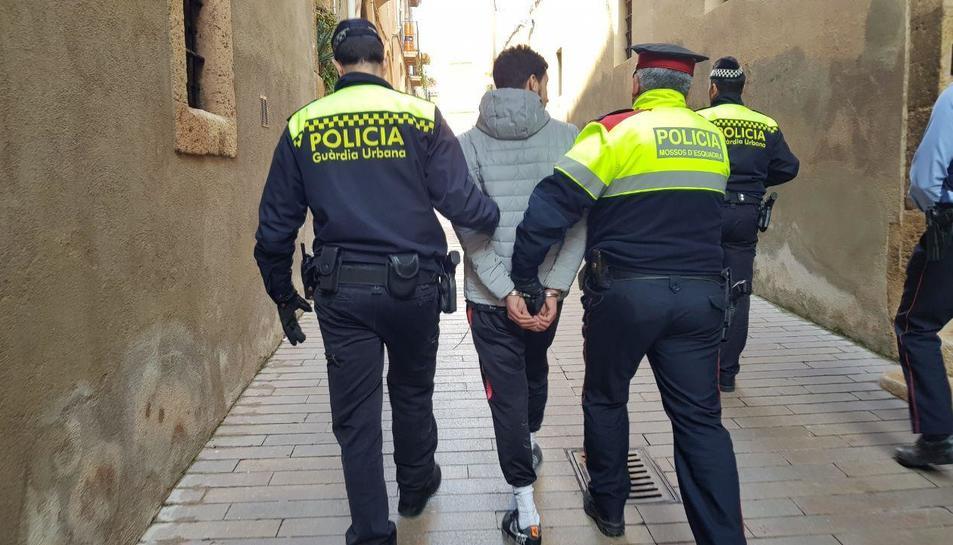 Agents de la Guàrdia Urbana i els Mossos amb el detingut.