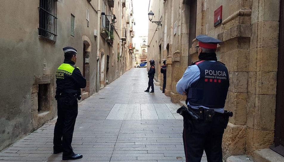 Els agents al carrer durant l'operatiu contra la salut pública.