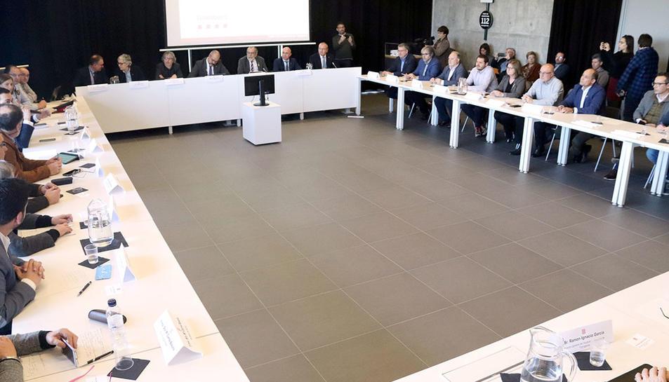 Reunió sobre la gestió d'accidents químics a l'edifici del 112 a Reus, aquest divendres 14 de febrer.