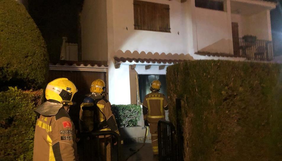 Els bombers accedint a l'habitatge on s'ha produït l'incendi.