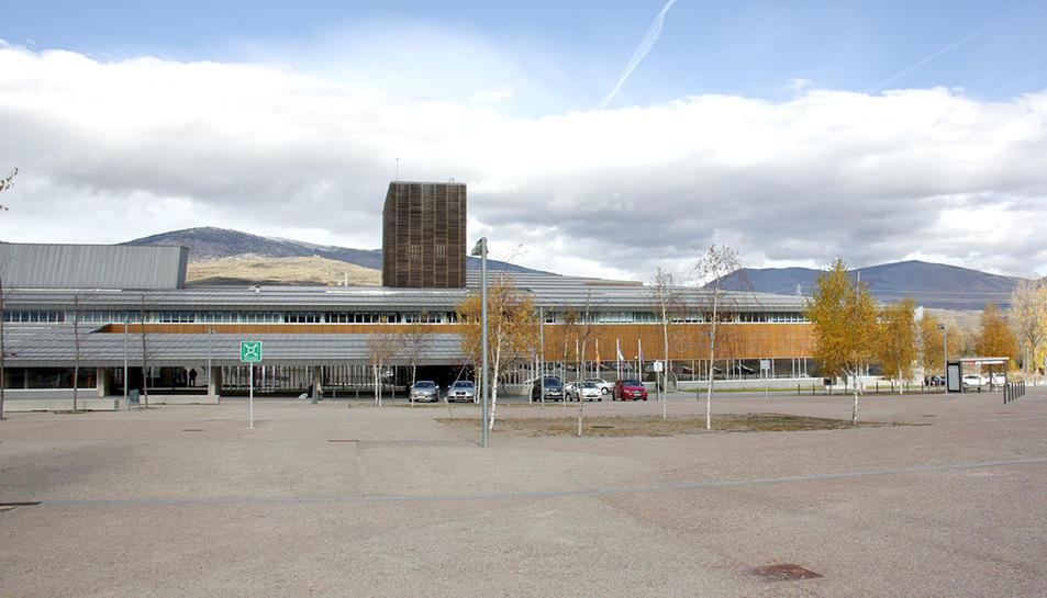 L'accés principal i de la façana de l'Hospital de Cerdanya