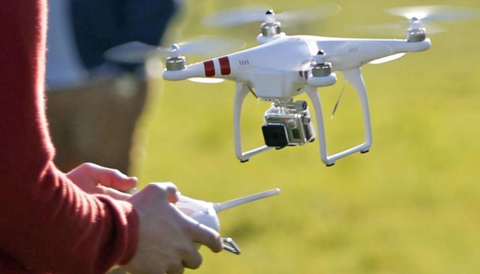 Imatge d'un dron en ple vol.