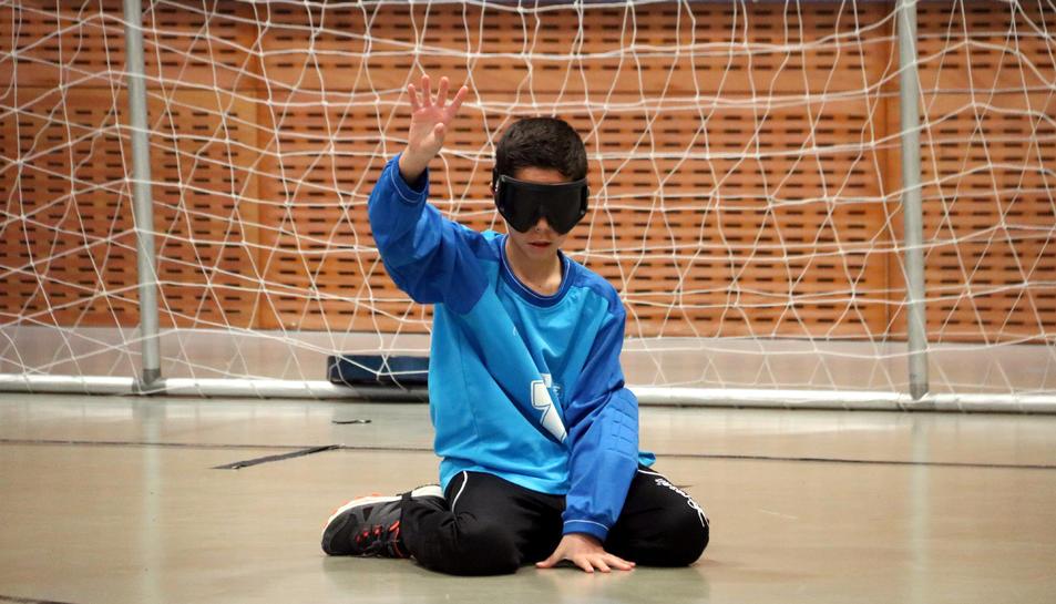 Un jugador de goalball al XVI Campionat, organitzat pel Club d'Esports Adaptats per a Cecs Catalunya i el CRE ONCE Barcelona