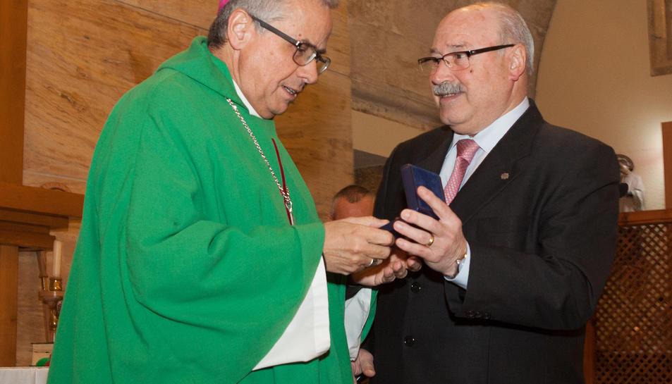 L'arquebisbe Joan Planellas rep medalla de l'entitat de mans del president CarlesBaches