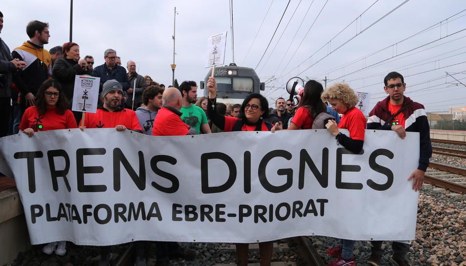 Participants al tall de via, organitzat per Trens Dignes, a l'estació de l'Aldea per demanar un millor servei ferroviari a les Terres de l'Ebre
