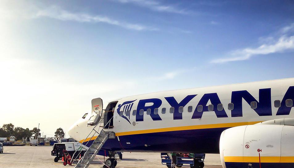 Boeing 737 de Ryanair estacionat a la plataforma d'un aeroport.