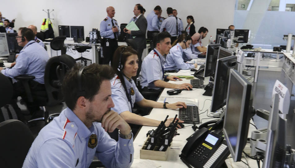 Imatge dels mossos a la Sala del 112 a Reus.