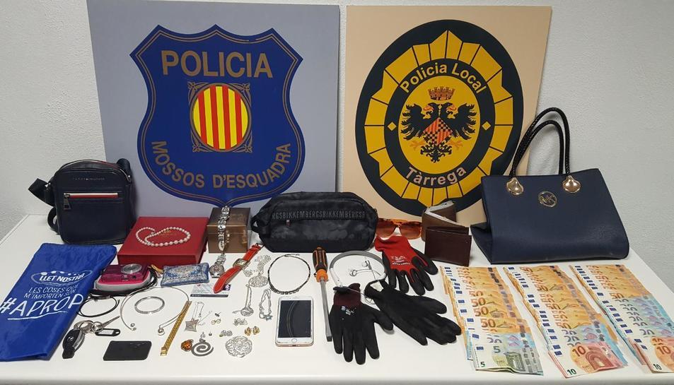 Els objectes i diners intervinguts per la policia.
