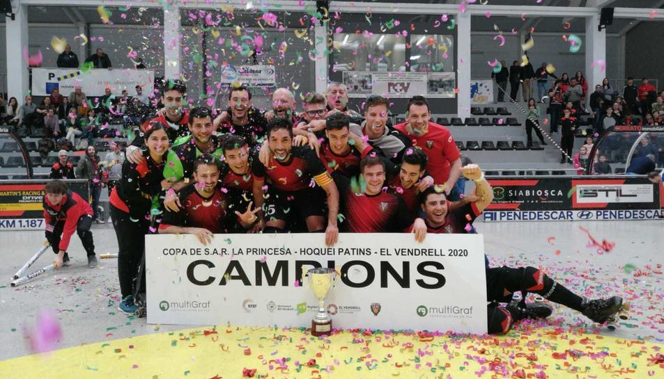 Els jugadors i cos tècnic del CE Vendrell celebrant el títol de la Copa Princesa sobre la pista.