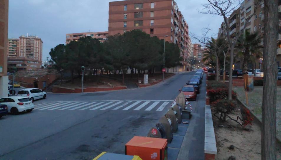 Pas de vianants que hi ha entre la plaça Miralcamp i el Bloc Paraguai de Sant Pere i Sant Pau