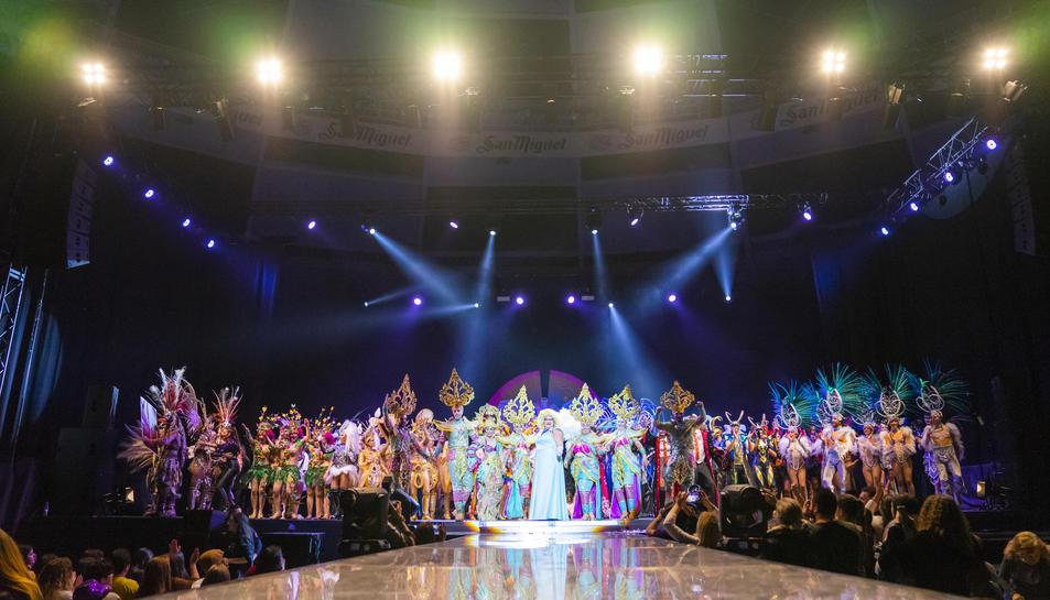 La comparsa de Sant Salvador Disc 45 va ser la guanyadora del concurs de la Disfressa d'Or, que va omplir la Tarraco Arena Plaça de color, música, humor i fantasia.