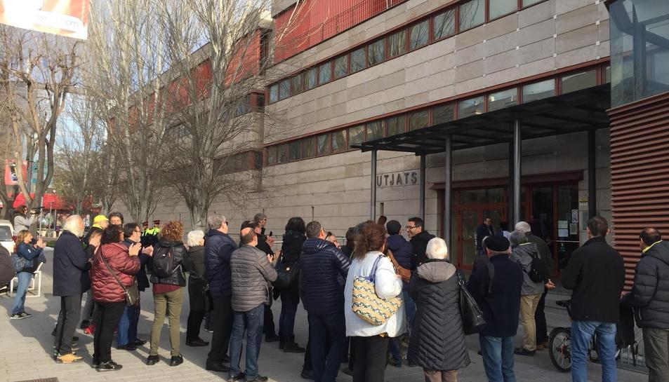 Imatge de la concetració davant els Jutjats de Reus.