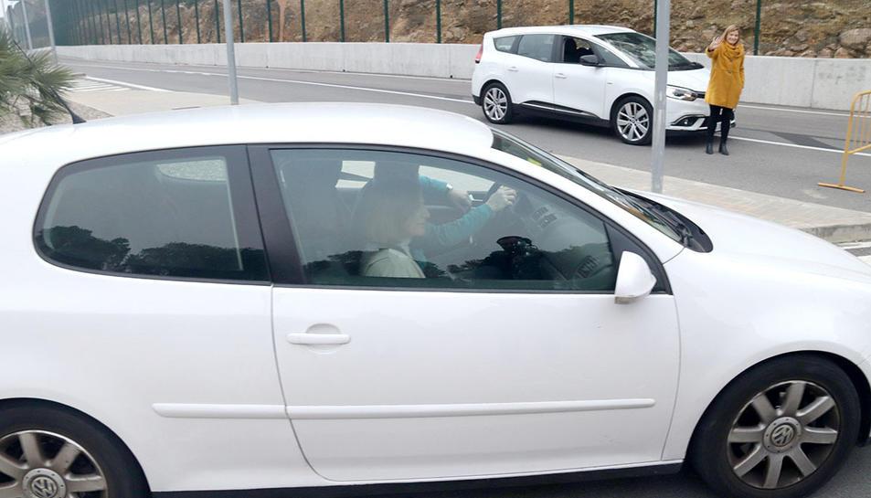 Carme Forcadell, al vehicle amb el qual ha sortit de la presó de Mas d'Enric, en el seu primer permís penitenciari.