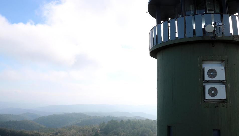 Vista de les Gavarres des de la torre de vigilància del Puig d'Arques.