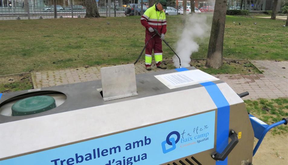 Imatge de la nova màquina incorporada en el tractament de les males herbes a la ciutat de Reus.