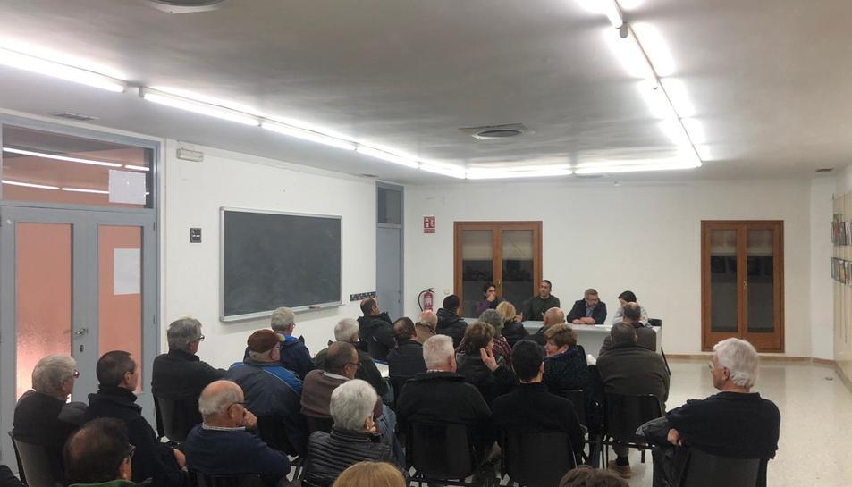 Els propietaris de les finques, dilluns, reunits a la sala polivalent de l'Ajuntament de la Riera.