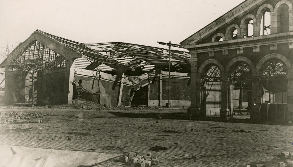 El magatzem núm.2 i el Tinglado 4 del Moll de Costa en una imatge de febrer del 1939.
