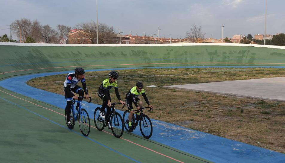 Tres ciclistes inaugurant el velòdrom el dia de la reinauguració.