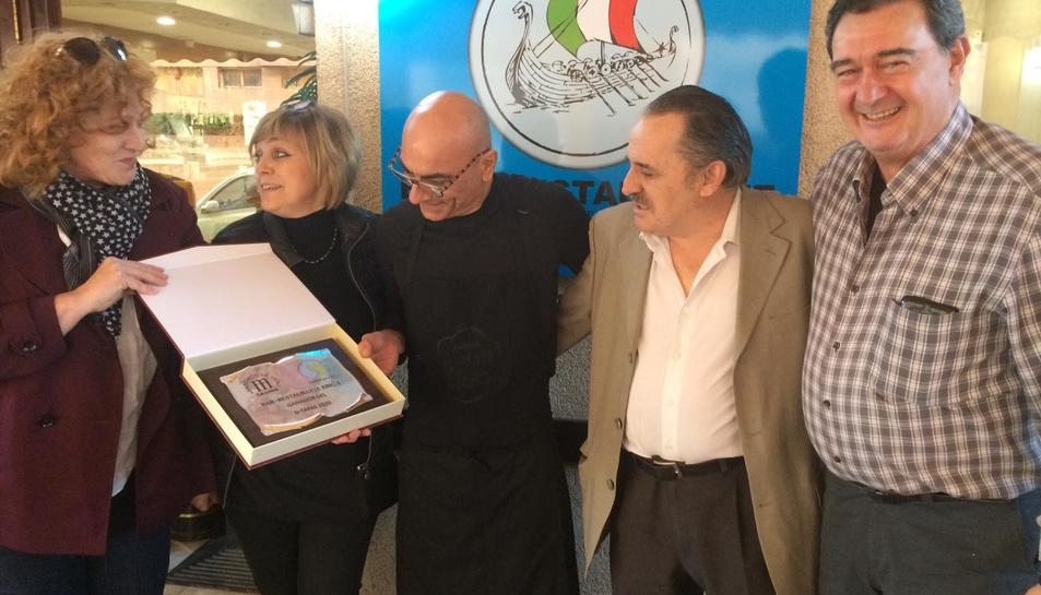 Piero Piccini amb la placa del primer premi del concurs D-Tapas.