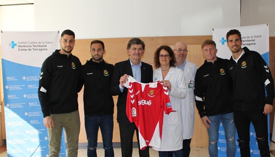 Josep Maria Andreu, acompanyat per alguns jugadors del primer equip, han visitat l'Hospital Universitari Joan XXIII de Tarragona.