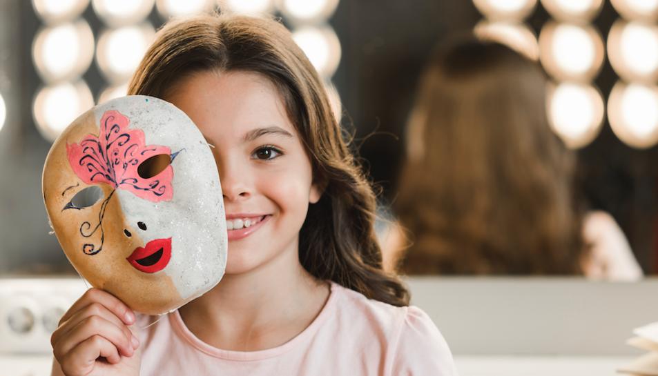 Imatge d'una nena amb una màscara.