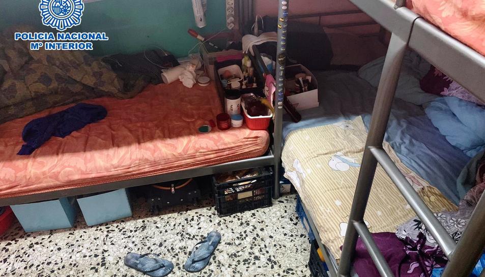 Imatge d'una de les habitacions on dormien les dones explotades sexualment.