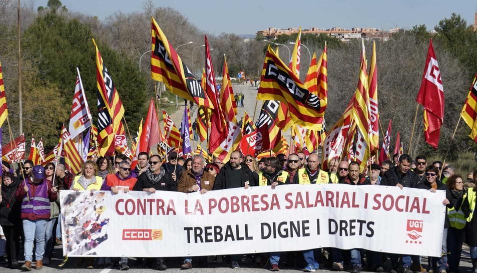 Capçalera d'un piquet de protesta davant l'empresa IQOXE amb els representants sindicals.