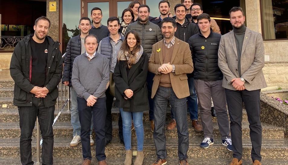 Participants a la calçotada de la JNC a Valls.